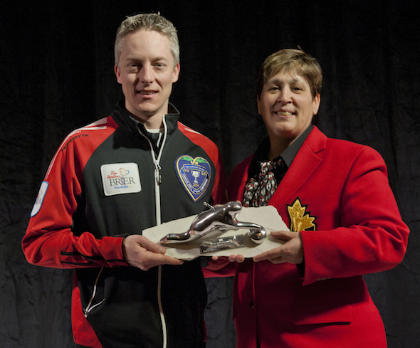 Ontario skip Greg Balsdon accepts Ross Harstone award from CCA governor Marilyn Neily. (Photo, CCA/Michael Burns)