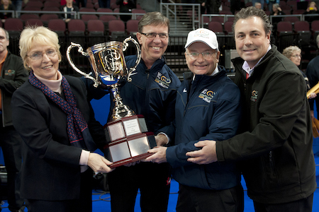 World Curling Federation president Kate Caithness, left, and World Financial Group Insurance Agency of Canada president Rick Williams, right, present the Continental Cup to Team North America coach Rick Lang (second from left) and captain Steve Brown. (Photo, CCA/Michael Burns)