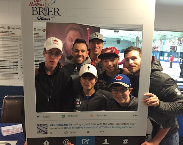 Helping to promote the 2016 Tim Hortons Brier, volunteers from the OYCL posed with competitors (in this case, Team John Epping) at the Tim Hortons Brier booth during the Chateau Cartier Challenge in Gatineau, Que. (Photo courtesy of M. Bourguignon)