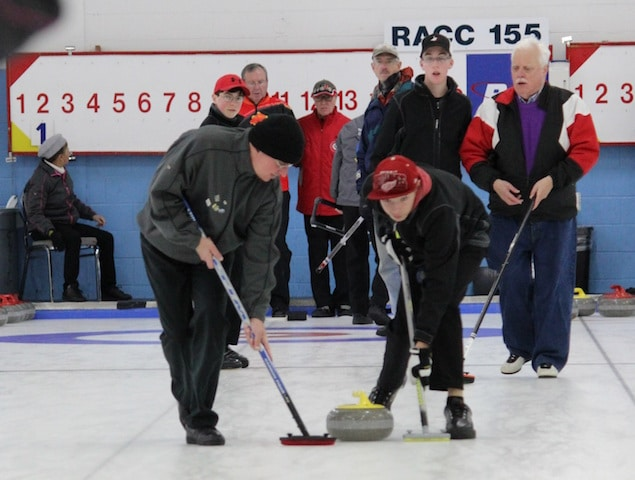 At ParaSport 2015, OYCL volunteers assisted Visually Impaired curlers on the ice by guiding them from one end of the sheet to the other during games at the RA Centre in Ottawa. (Photo courtesy of M. Bourguignon)