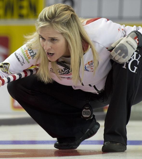 Jennifer Jones et son équipe de Winnipeg ramassé leur première victoire de la Coupe 2015 Accueil Hardware Canada jeudi. (Photo, Curling Canada / Michael Burns)