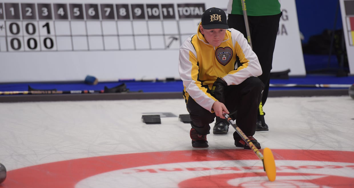 Manitoba's Braden Calvert calls the line as his team wraps up the round robin at the 2017 Canadian Mixed Curling Championship with a win over undefeated Saskatchewan (Curling Canada photo)